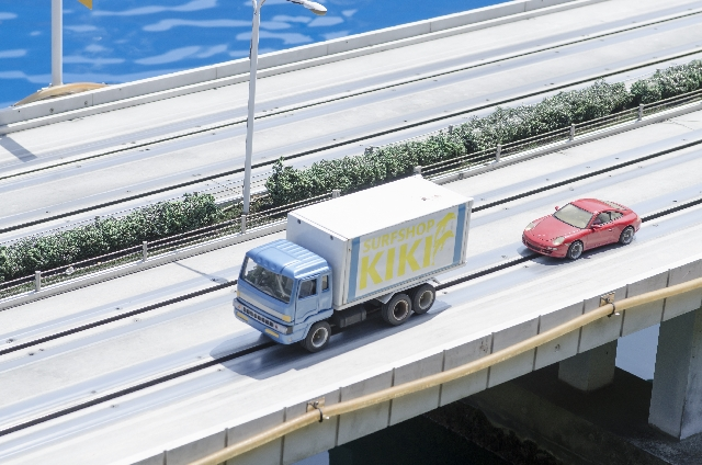 トラックと車の模型