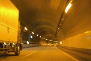 トンネルを通るトラック