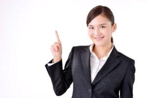 人差し指を立てて説明する女性